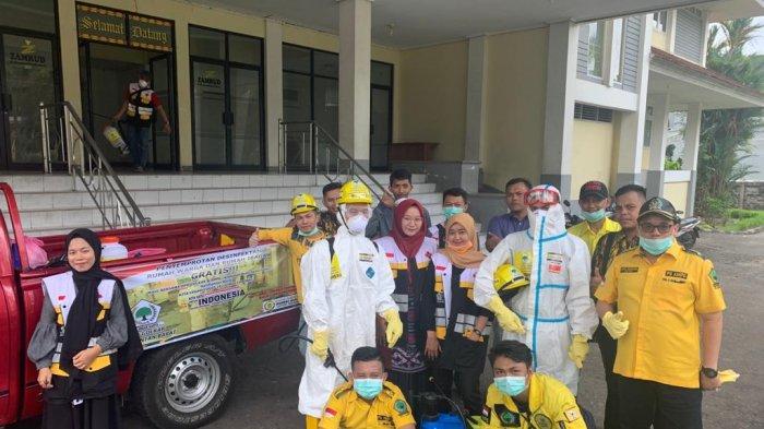 AMPG Kalbar Semprot Desinfektan Rumah Warga dan Tempat Ibadah di Pontianak