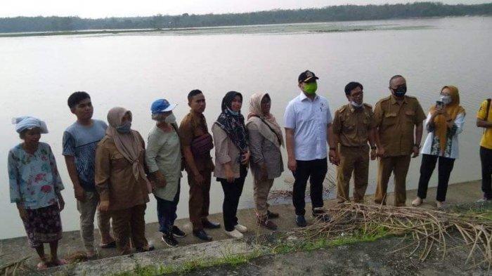 Pinto Jayanegara Tabur Benih Ikan di Embung Kampung Baru Merangin, Warga Berterima Kasih