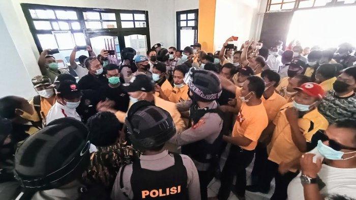 Ricuh di Kantor Golkar Tana Toraja, Kader Pendukung Yariana Somalinggi Saling Dorong Dengan Polisi