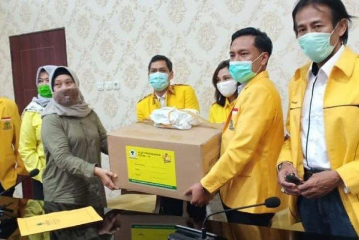 Arif Fathoni Pimpin Golkar Kota Surabaya Bantu Ratusan APD Untuk Tenaga Medis RS Rujukan