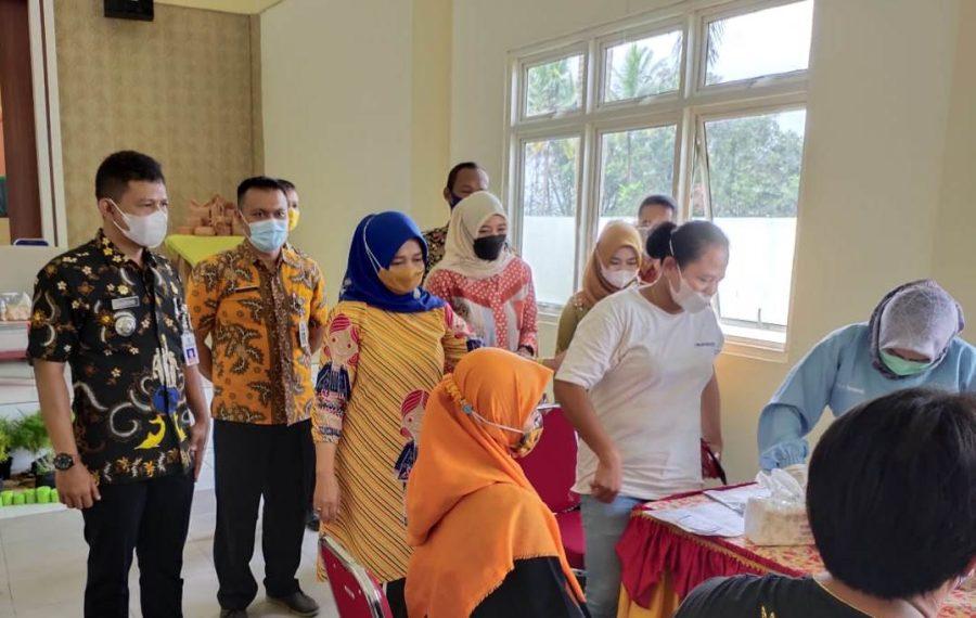 Tety Rohatiningsih Tinjau Serbuan Vaksinasi 1.300 Warga Kedungreja Cilacap