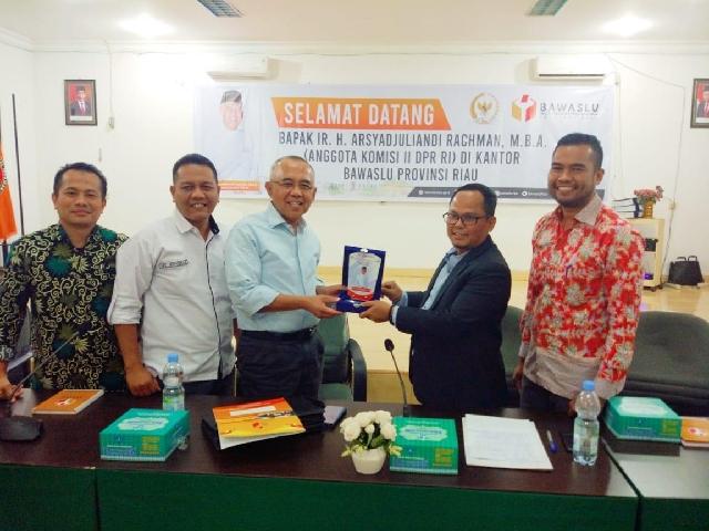 Sambangi Bawaslu Riau, Andi Rachman Minta Pilkada 9 Kabupaten/Kota Berkualitas