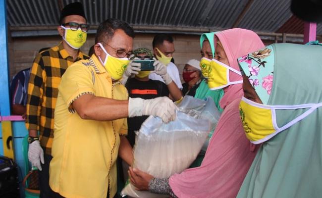 Ramly Umasugi Pimpin Golkar Maluku Bagikan 8 Ton Beras Ke Warga Leihitu Terdampak COVID-19