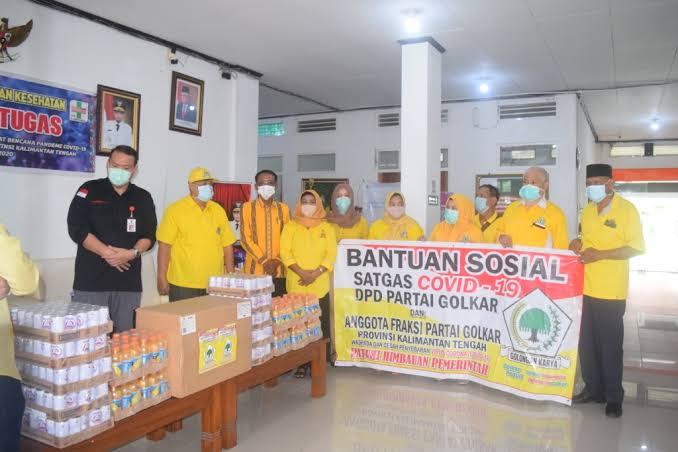 Golkar Kalteng Bagikan Ratusan Paket Sembako Bagi Warga Terdampak COVID-19 di Palangka Raya