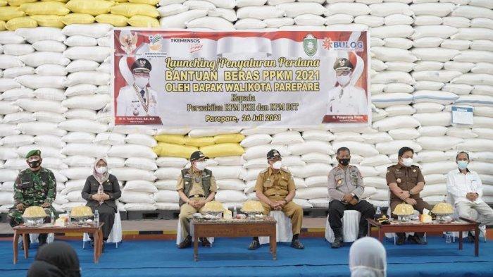 Taufan Pawe Salurkan 73.480 Kg Beras Untuk Ribuan Keluarga Terdampak COVID-19 Di Parepare