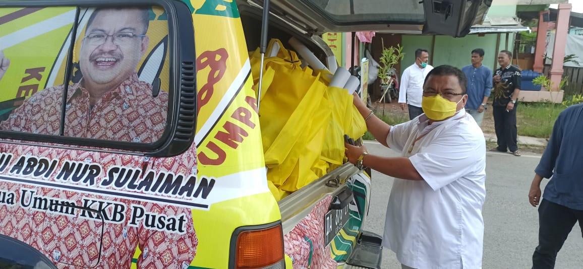 Usai Shalat Jumat, Golkar Kota Banjarmasin Bagikan Sarung dan Nasi bungkus di Kampung Melayu