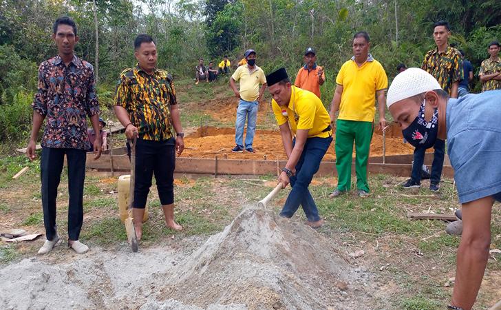 Kader Golkar Kampar Gotong Royong Bangun Rumah Bagi Rosmiati, Janda Miskin 4 Anak