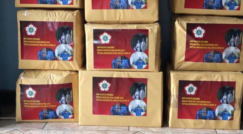 Wanita Swadiri Indonesia Donasikan Ratusan Baju Hazmat Untuk Puskesmas di Jabotabek