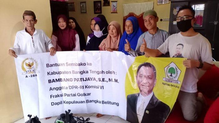 Bambang Patijaya Salurkan Sembako dan Masker Kain Untuk Masyarakat Bangka Tengah