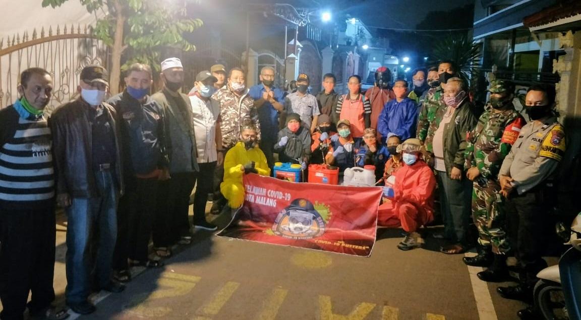 Bersama Relawan COVID-19, Suryadi Turun Gunung Semprotkan Disinfektan di Kedungkandang