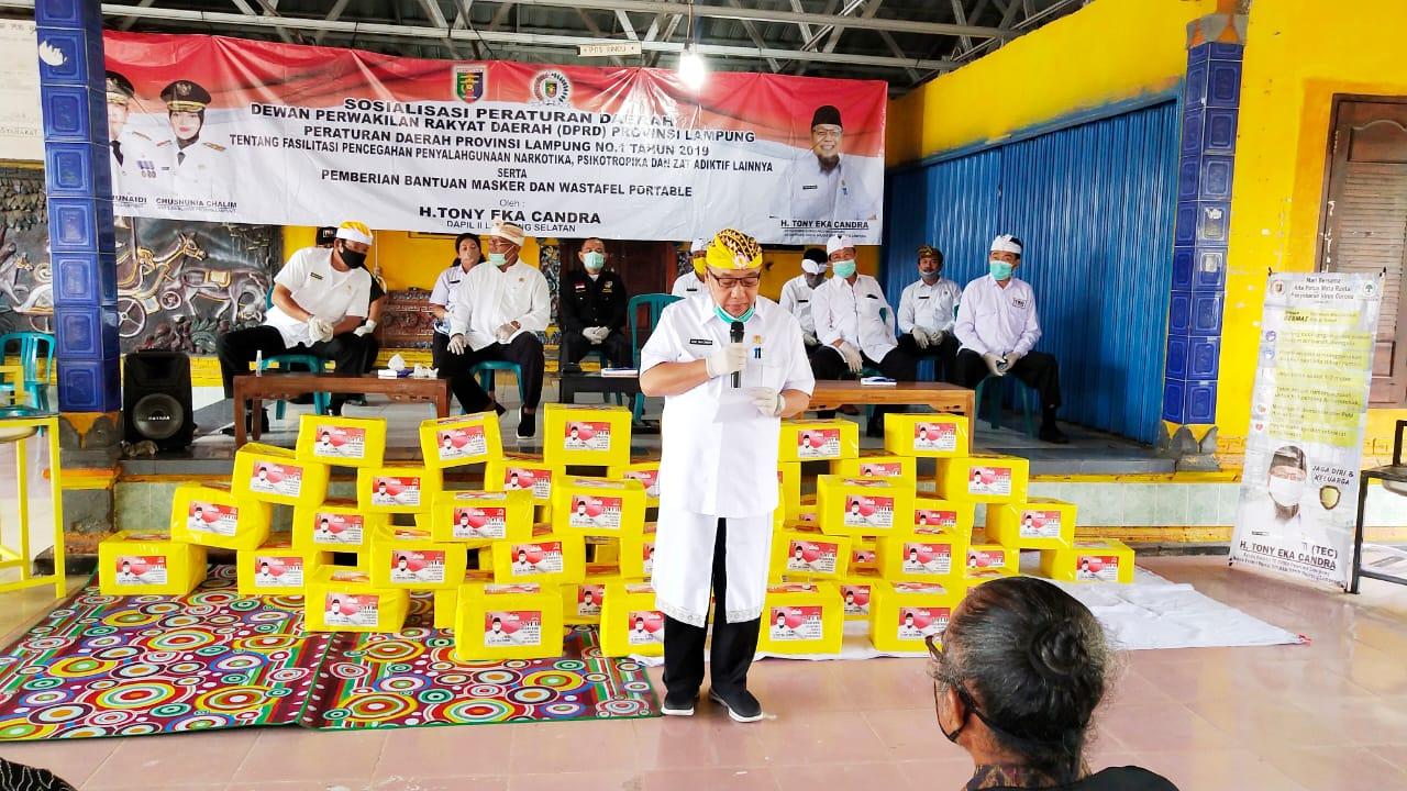 Tony Eka Candra Bagikan Puluhan Ribu Masker dan Wastafel Portabel Untuk Umat Hindu Lamsel