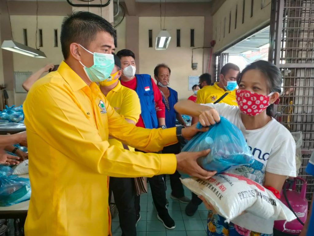 Jelang Imlek 2572, Golkar Sumut Bagikan 210 Paket Sembako Untuk Warga Etnis Tionghoa di Medan