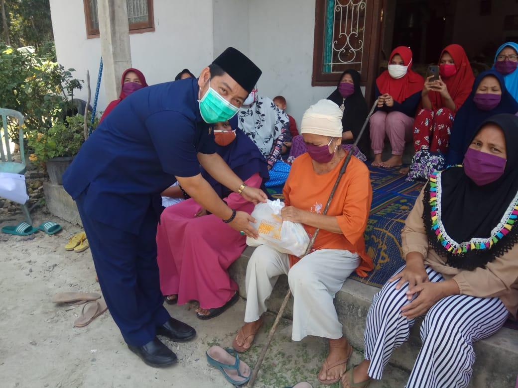 Bagikan Sembako di Bandar Seikijang, Adi Sukemi Imbau Masyarakat Patuhi PSBB