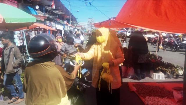 Cegah COVID-19, Legislator Cantik DPRD Pasaman Ini Bagikan Masker di Pasar Lama Lubuk Sikaping