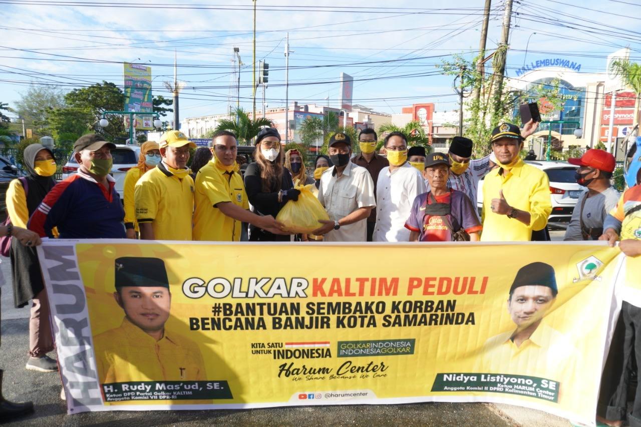 Syarifah Suraidah Pimpin IIPG Kaltim Bagikan Sembako Untuk Korban Banjir di Kota Samarinda