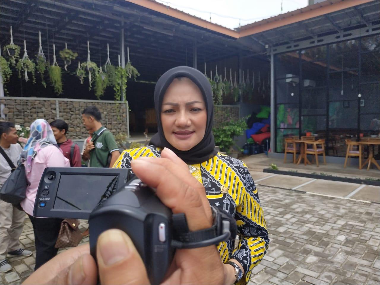 Sosialisasi Protokol COVID-19, Adde Rosi Bagikan Ribuan Masker dan Hand Sanitizer Di Kampung Cidahu