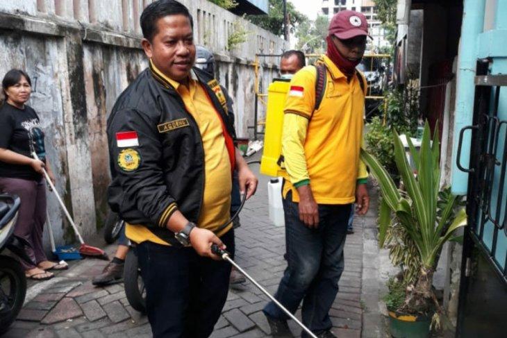 Agoeng Prasodjo Bagikan Alat Semprot Disinfektan ke Warga 5 Kecamatan di Kota Surabaya