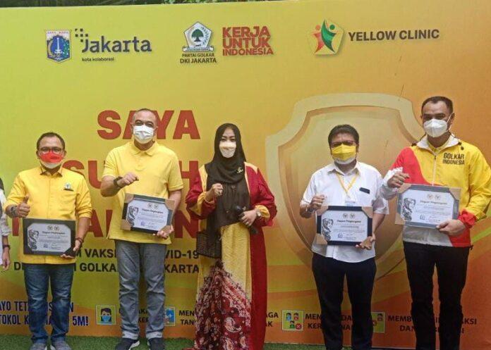 Dinilai Sukses Gelar Vaksinasi massal, Senator Fahira Iddris Beri Penghargaan Untuk Golkar DKI Jakarta