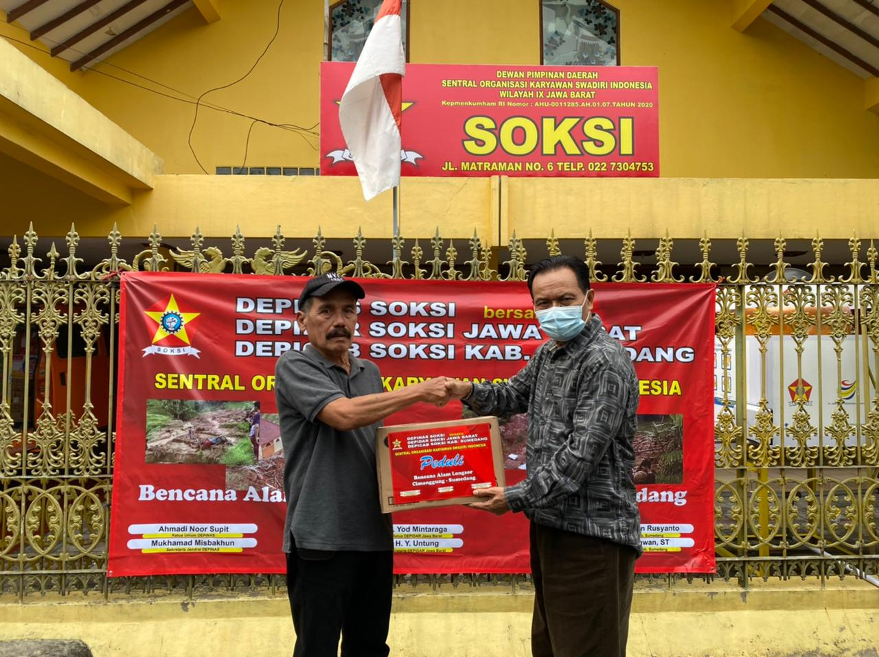 Yod Mintaraga Pimpin SOKSI Jawa Barat Bantu Korban Longsor di Cimanggu Sumedang