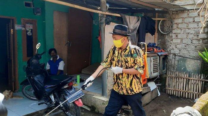 Ade Barkah Pimpin Langsung Penyemprotan Disinfektan di Mande, Cianjur