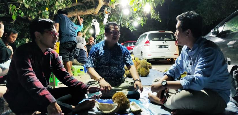Gaya Mahyudin Serap Aspirasi Warga Kaltim, Makan Durian Sambil Cengkerama di Pinggir Jalan