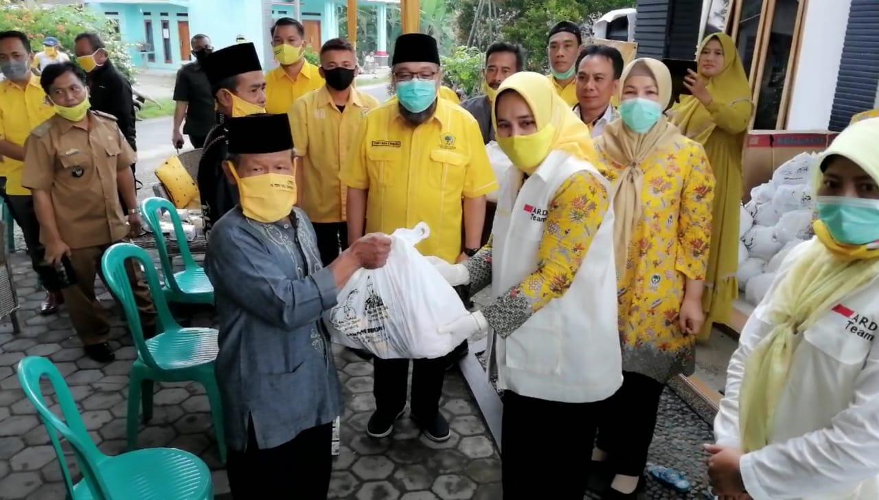 Riana Sari Pimpin IIPG Bagikan 500 Paket Sembako Bagi Masyarakat Lamsel Terdampak COVID-19