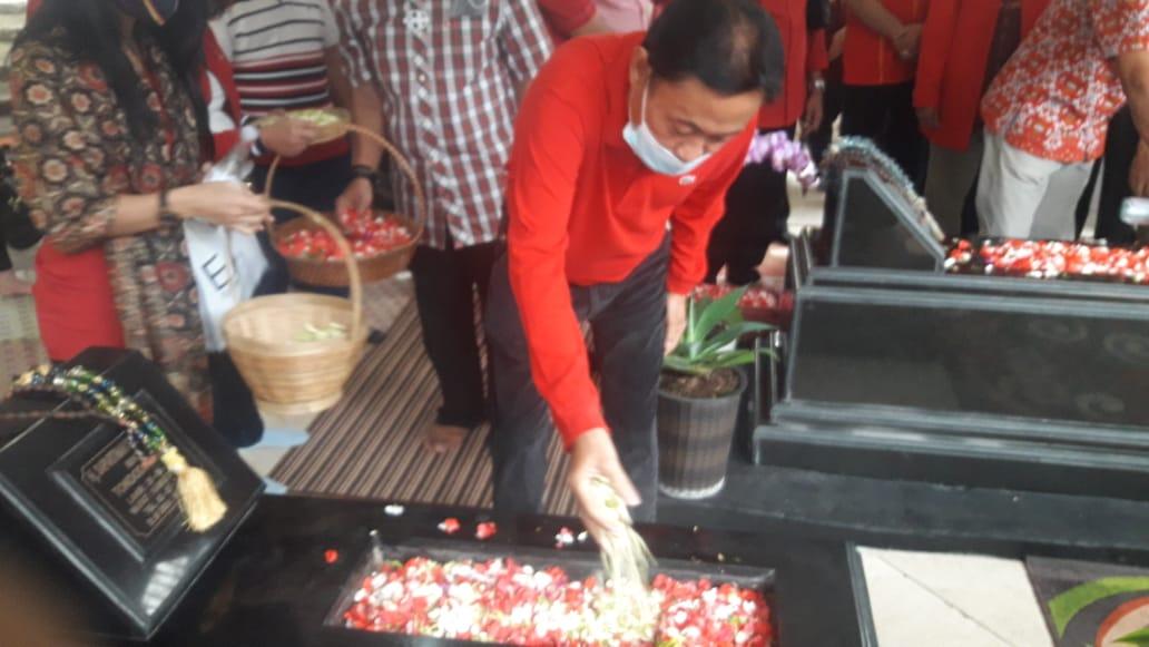 HUT Ke-61, Bobby Suhardiman dan Ahmadi Noor Supit Pimpin Kader SOKSI Ziarah ke Makam Prof Suhardiman