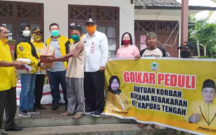 Golkar Kapuas Berikan Bantuan Untuk Korban Kebakaran Pasar Pujon Kapuas Tengah