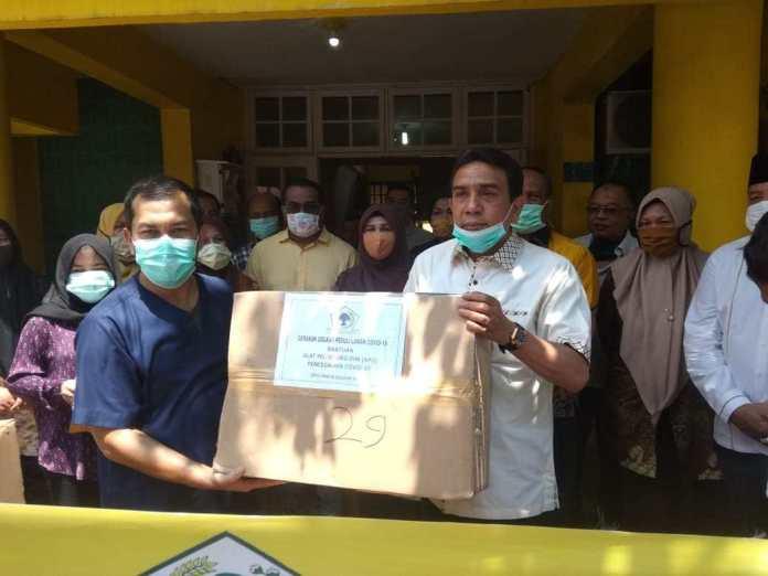 TM Nurlif Pimpin Golkar Aceh Serahkan Ratusan APD Untuk Dua RS Rujukan COVID-19