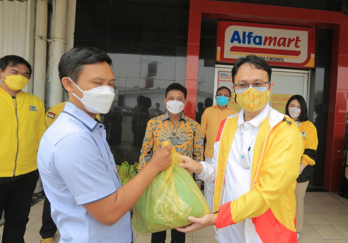 Gandeng APRINDO, Balitbang Golkar Sebar Ribuan Bansos Untuk Warga Isoman di Tangerang-Bekasi