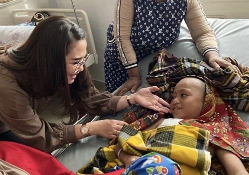 Dijenguk Andi Debbie Purnama, Bocah SD Penderita Tumor Ini Sumringah