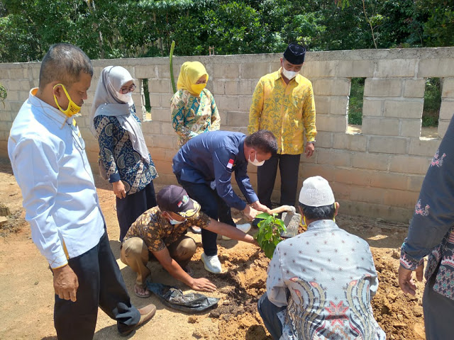 Ismet Roni Bagikan Ribuan Bibit Alpukat, Jeruk dan Durian Untuk Masyarakat Mesuji dan Tuba
