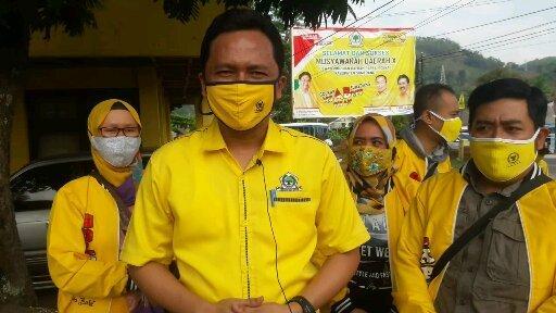 HUT Ke-56, Asep Kurnia Pimpin Kader Golkar Bagikan Masker Ke Warga Sumedang