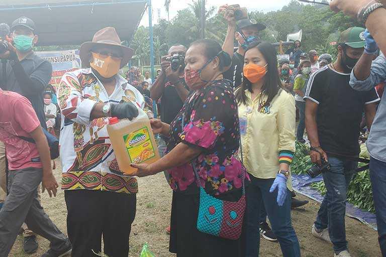 Klemen Tinal Bagikan 17.991 Paket Sembako Bagi Orang Asli Papua Terdampak COVID-19