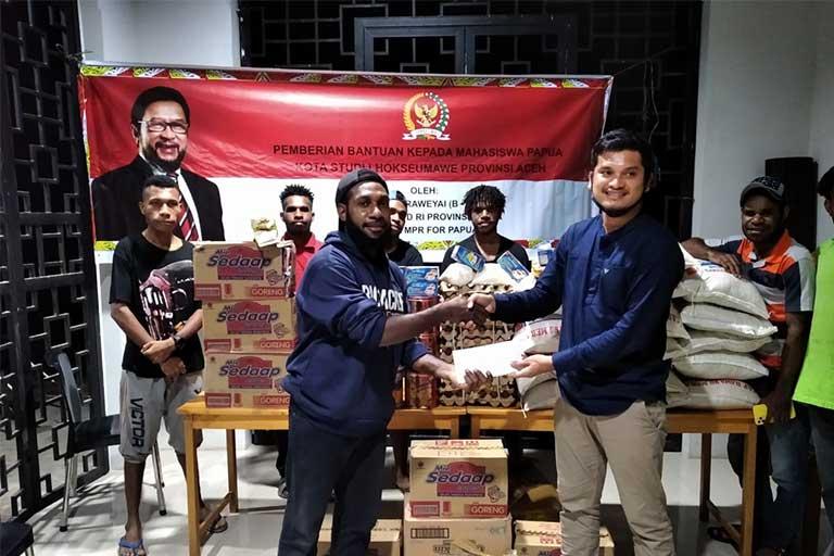 Yorrys Raweyai Salurkan Sembako dan Bantuan Biaya Hidup Mahasiswa Papua di Aceh