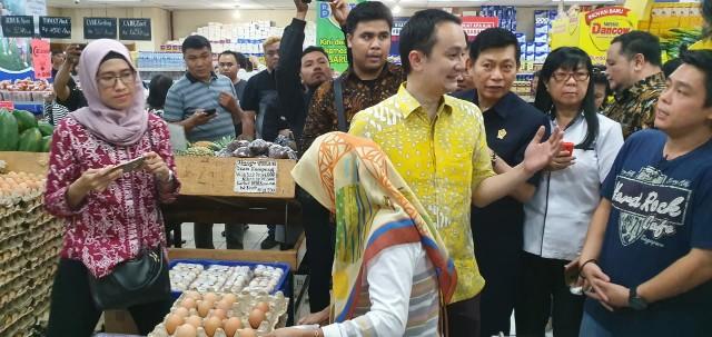 Sambangi 2 Pasar di Sulut, Wamendag Jerry Sambuaga Pastikan Stok Bahan Pokok Aman dan Terkendali