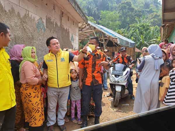 Golkar Kabupaten Bogor Bagikan 350 Paket Sembako Untuk Ringankan Beban Korban Banjir Tegal Lega