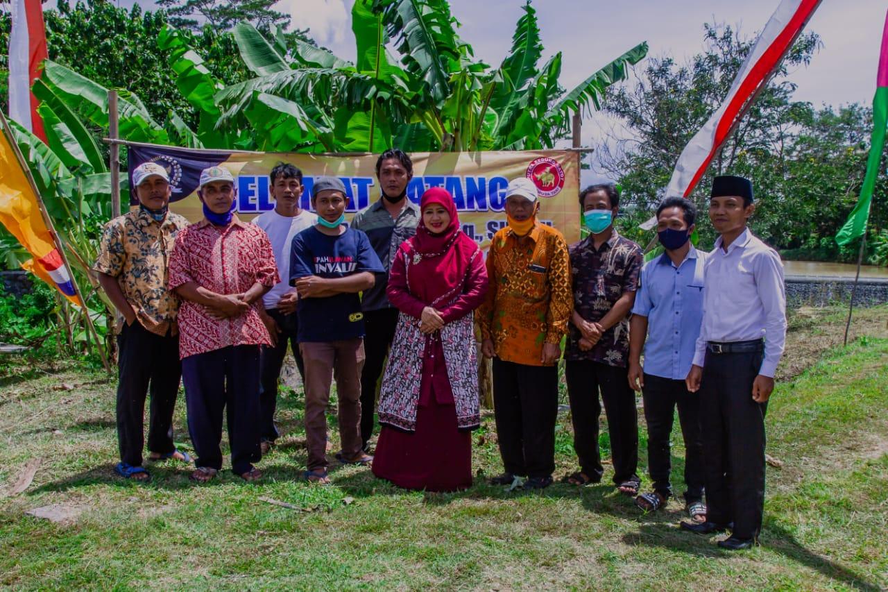 Endang Maria Astuti Bantu Pemuda Tani Kedunggatot Jirapan Rintis Budidaya Ikan Karamba