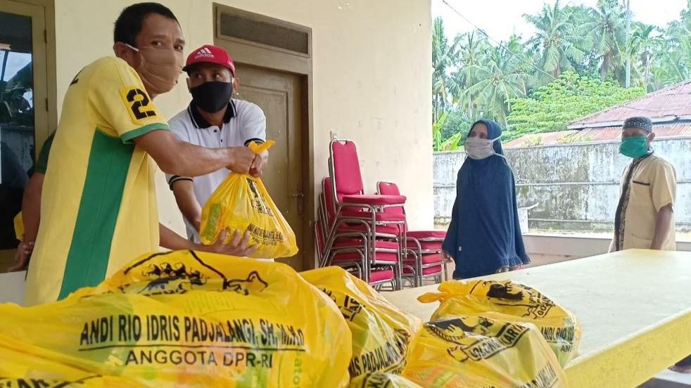 Terapkan Physical Distancing, Penyaluran 2.000 Paket Sembako Andi Rio Idris Padjalangi Patut Dicontoh
