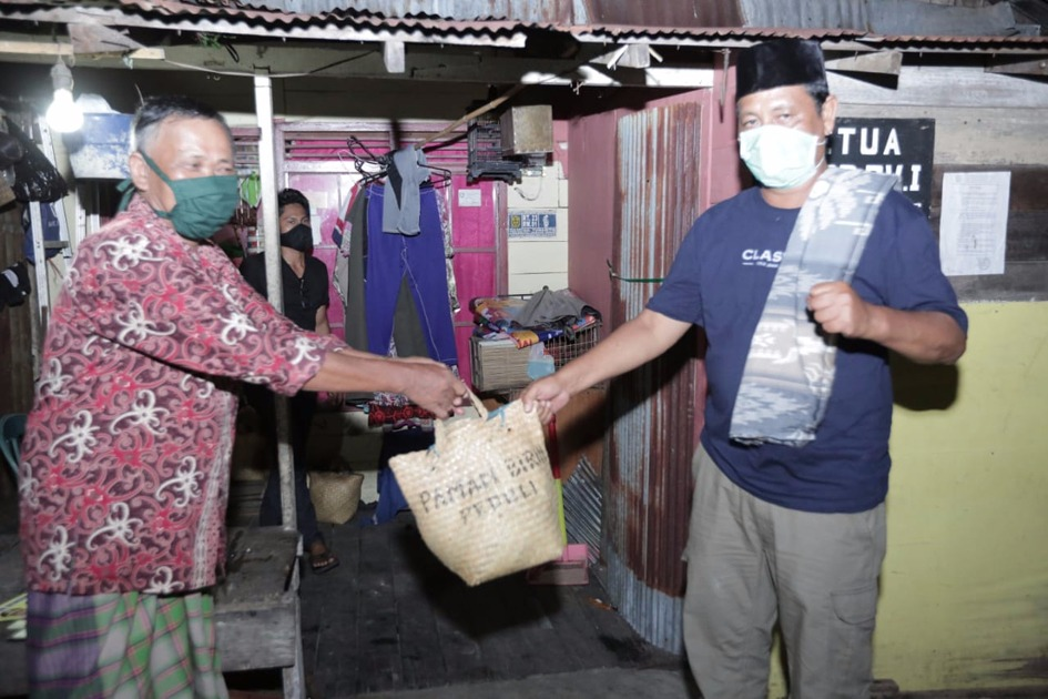 Sahbirin Noor Blusukan Pagi Buta Bagikan Sembako Untuk Warga Terdampak COVID-19 di Banjarmasin