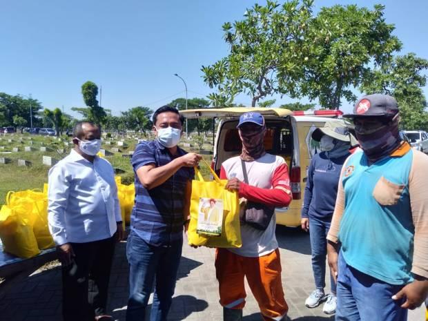 Kerja Tak Kenal Lelah, Golkar Serahkan Sembako Untuk Petugas Pemakaman COVID-19 Di TPU Keputih