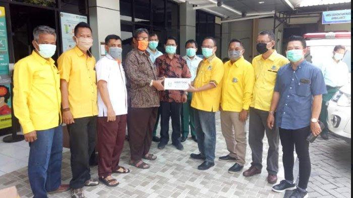 Golkar Serahkan Puluhan APD dan Ratusan Hand Sanitizer Untuk RS Muhammadiyah Gresik