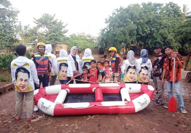 Evakuasi Korban Banjir Pengadegan, Bamsoet Berikan Bantuan Perahu Karet