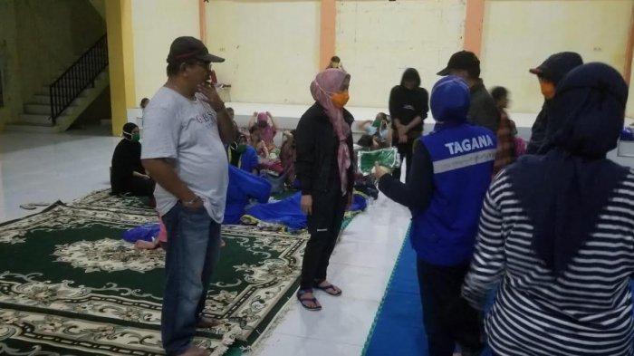 Kunjungi Pengungsi Luapan Sungai Masamba, Muhammad Fauzi Bagikan Makanan