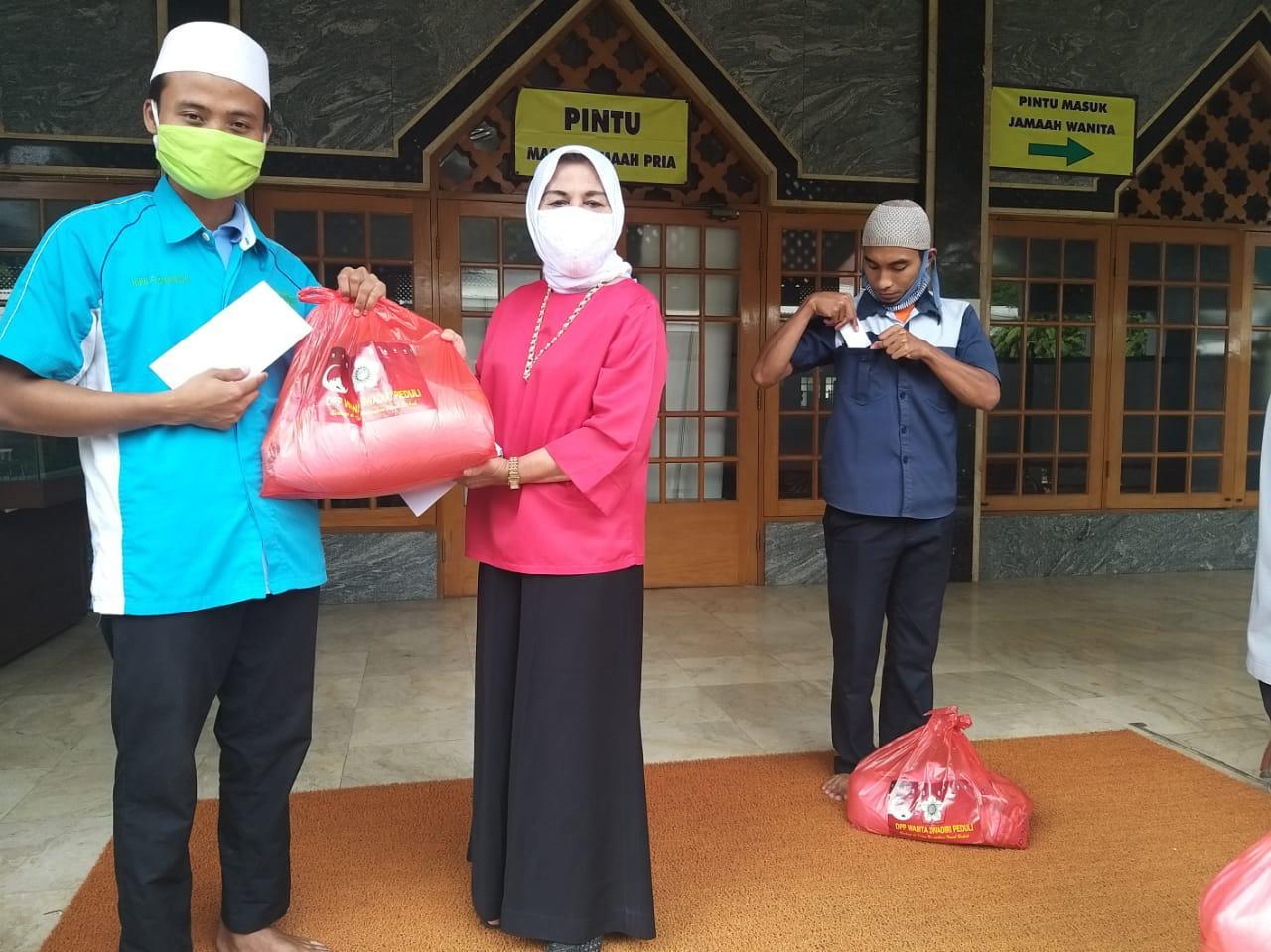 Wanita Swadiri Peduli Bagikan Ratusan Sembako Untuk Marbot Masjid se-Jabodetabek