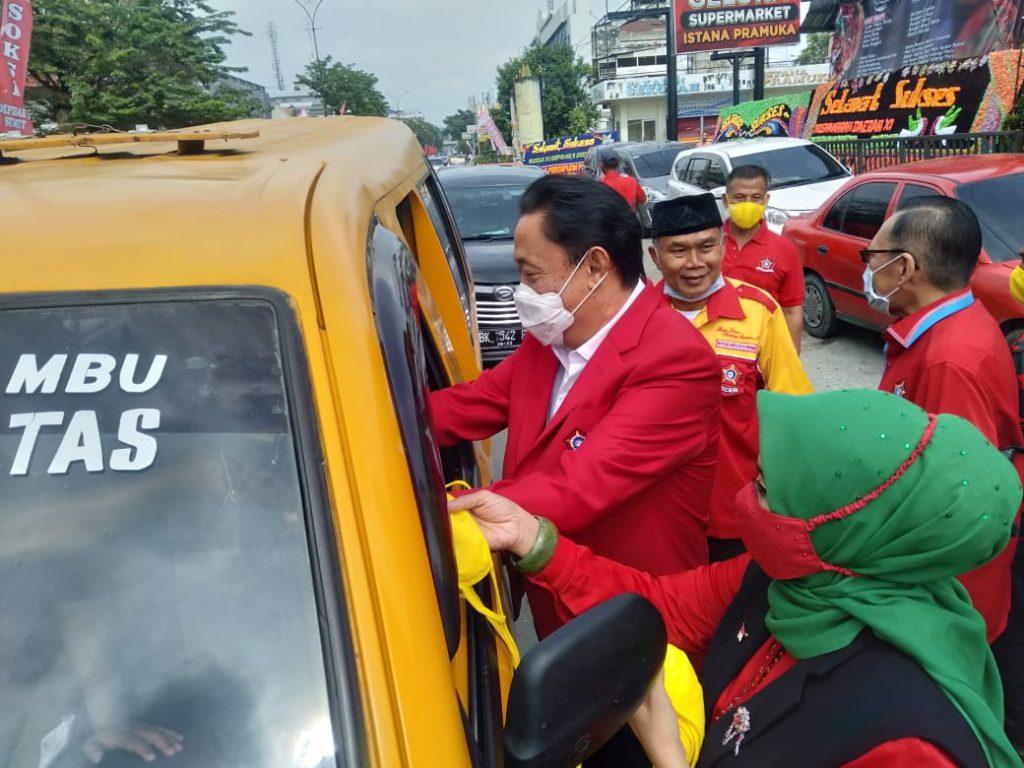 Cegah COVID-19, Ketum Depinas SOKSI Ahmadi Noor Supit Bagikan Masker Untuk Warga Kota Medan
