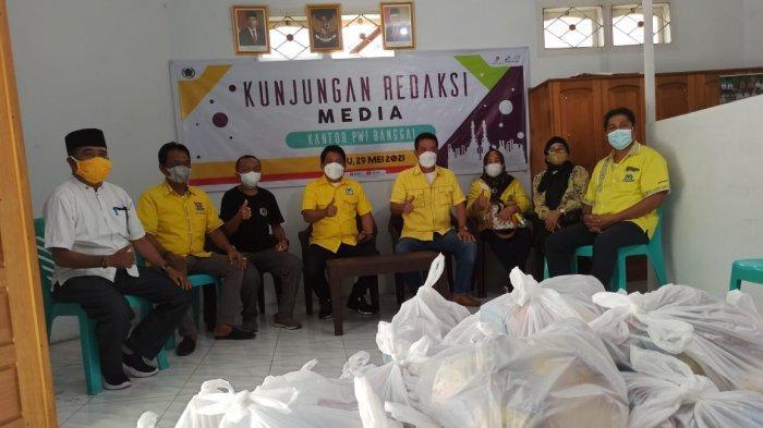 Beniyanto Tamoreka Bersama Kader Golkar Banggai Serahkan 100 Paket Sembako Untuk Jurnalis