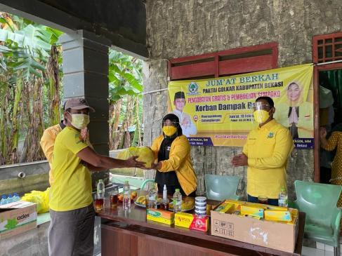 Kader Golkar Kabupaten Bekasi Berikan 1000 Sembako Untuk Korban Banjir di Cabang Bungin dan Muara Gembong