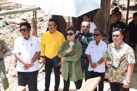 Tetty Paruntu Serahkan Bantuan Golkar Sulut Untuk Warga Kota Manado Terdampak Banjir
