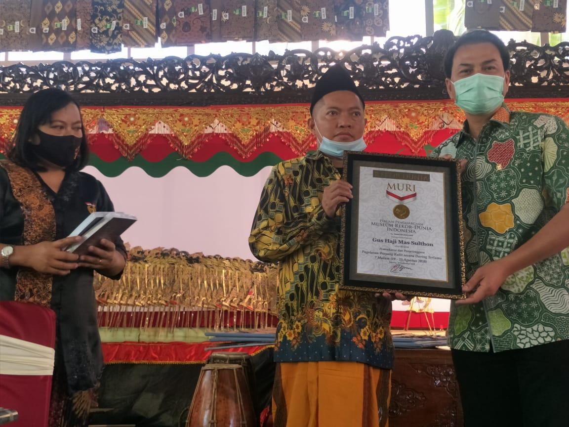 Azis Syamsuddin Saksikan Gus Ton Raih Rekor Dunia Untuk Pagelaran Wayang Kulit Virtual 7 Malam